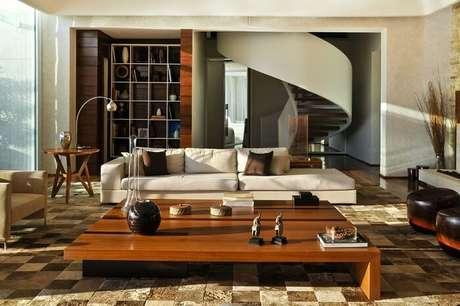 27. Sala com escada de madeira e tapete de couro. Projeto por Mauricio Queiroz
