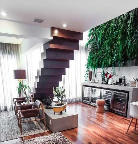 28. Sala com escada de madeira flutuante. Projeto por SP Studio