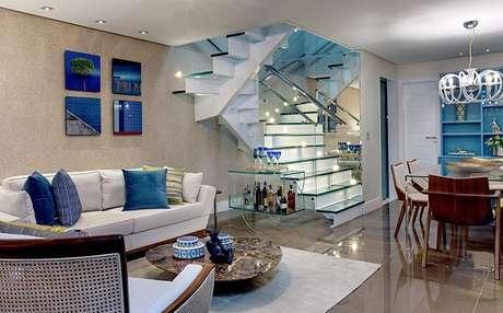 29. Sala com escada deslumbrante e guarda corpo de vidro. Projeto por Milla Holtz