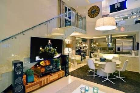 30. Sala com escada e cozinha americana aconchegante. Fonte: Pinterest