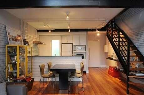 31. Sala com escada e cozinha americana branca. Projeto por Triplex Arquitetura