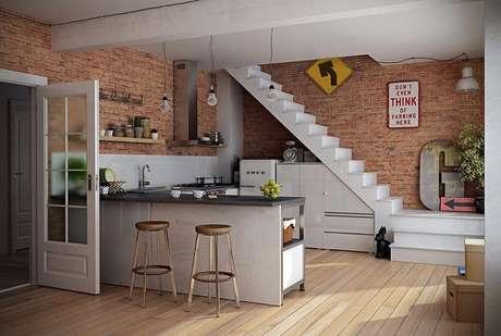 33. Sala com escada e cozinha americana. Fonte: Pinterest