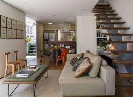 34. Sala com escada e cozinha americana. Fonte: Tua Casa