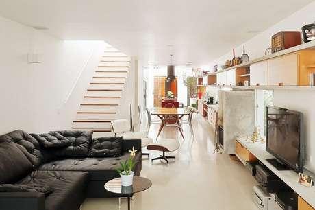 32. Sala com escada e cozinha americana se harmonizam na decoração. Fonte: Pinterest