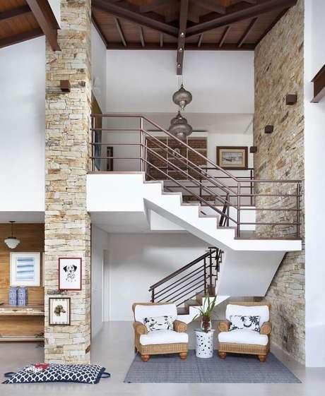 35. Sala com escada e parede tijolinhos. Projeto por RBP Arquitetura e Interiores