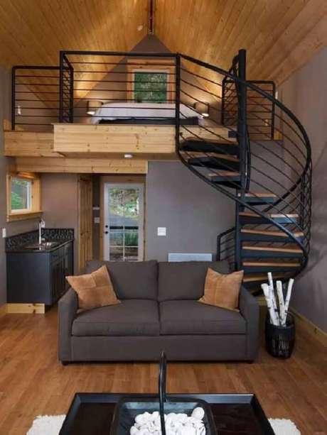 36. Sala com escada em caracol feita de madeira e ferro. Fonte: Pinterest
