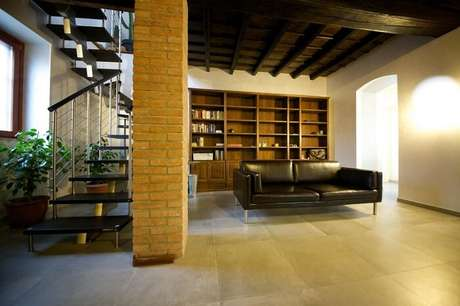 37. Sala com escada escura e corrimão de ferro. Projeto por Gabriele Barotto