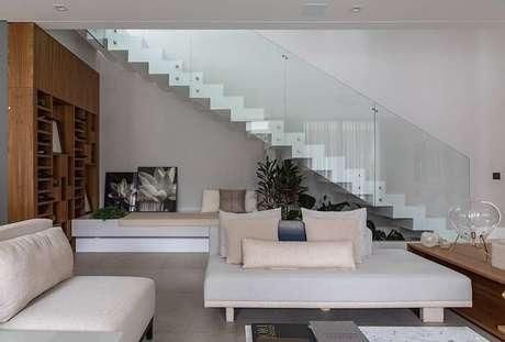 38. Sala com escada flutuante com guarda corpo de vidro. Projeto por Alex Bonilha