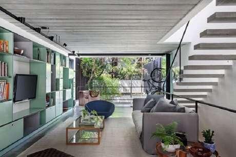 39. Sala com escada flutuante conta com uma boa iluminação natural. Fonte: Casa e Jardim