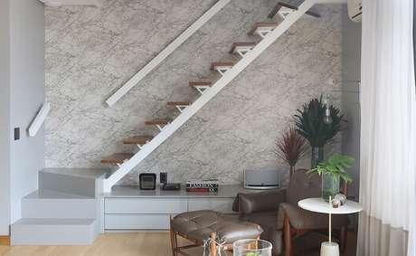 40. Sala com escada flutuante de canto feita em madeira. Fonte: Pinterest