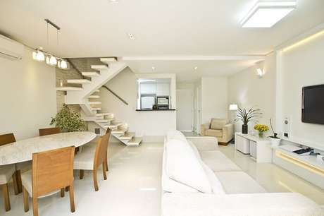 42. Sala com escada flutuante e cozinha americana. Projeto por Schaelly Campos