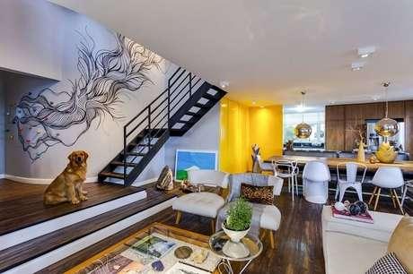 4. Sala com escada metálica encanta a decoração deste apartamento moderno. Projeto por Igor Miyahara