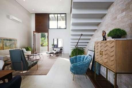 50. Sala de estar com escada branca flutuante. Fonte: Pinterest