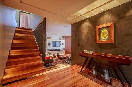 52. Sala de estar com escada de madeira. Projeto por WT Studio