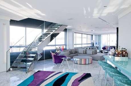53. Sala com escada de vidro favorece a entrada de luz natural no espaço. Fonte: Pinterest