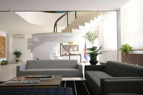 55. Sala com escada em caracol. Projeto por Juliana Pippi