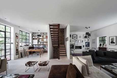 56. Sala com escada em U. Fonte: Pinterest