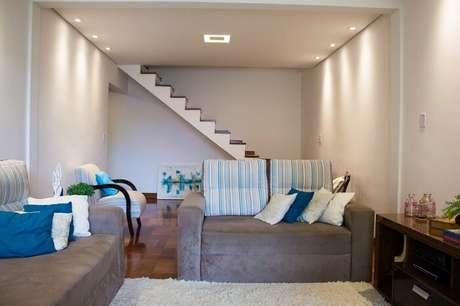 60. Sala de estar pequena com escada rente a parede. Projeto por Amanda Fernandes