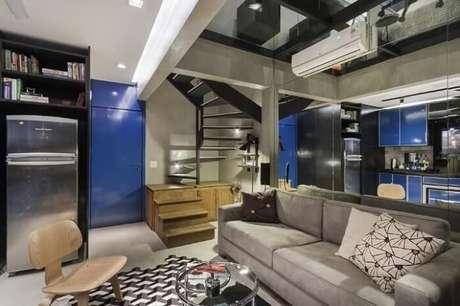 62. Sala com escada de madeira e metal. Projeto por Urbano Studio
