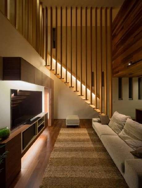 63. Sala com escada de madeira. Fonte: Pinterest
