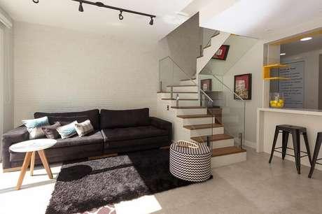 64. Sala com escada e corrimão de vidro. Projeto por Elen Saravalli