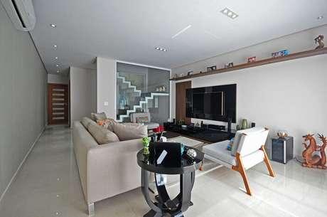 65. Sala com escada e parede de vidro. Projeto por Condecorar Arquitetura e Interiores