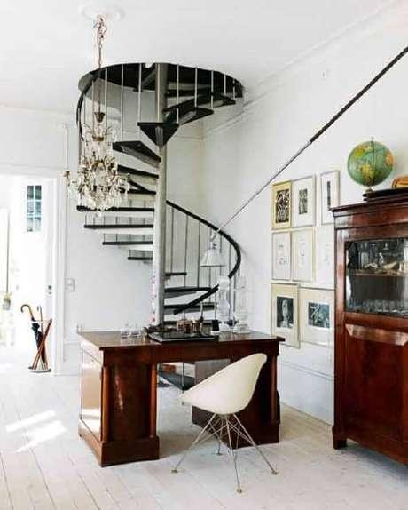 66. Sala com escada em caracol preta. Fonte: Pinterest