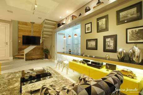 8. Sala pequena com escada em formato criativo maximiza a área de circulação do ambiente. Projeto por Samira Jarouche