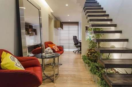 67. Sala com escada flutuante conta com jardim de inverno em seu interior. Projeto por Ricardo Lopez