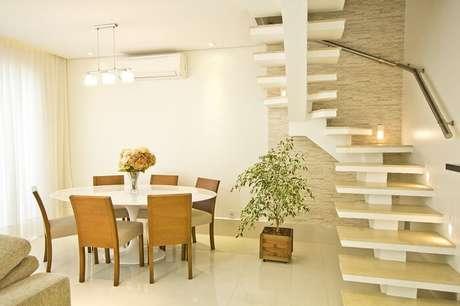 69. Sala pequena com escada flutuante de canto. Projeto por Schaelly Campos