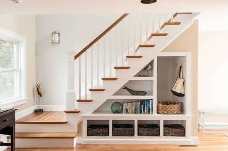 70. Sala pequena com escada vazada pode ser planejada para guarda itens e obejtos decorativos. Fonte: Pinterest