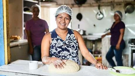Restaurante Sumimi, de Neurilene Cruz (acima), é um dos empreendimentos financiados no Amazonas