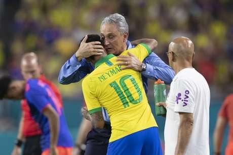 Neymar comemora gol dando abraço em Tite (Foto: Lucas Figueiredo/CBF)