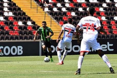 O jogo foi disputado no forte calor de Ribeirão Preto, comprometendo a qualidade dos dois times- (Mourão Panda/América-MG)