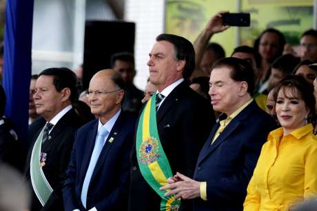 Bolsonaro abre o desfile de 7 de Setembro, em Brasília, ao lado de Edir Macedo e Silvio Santos