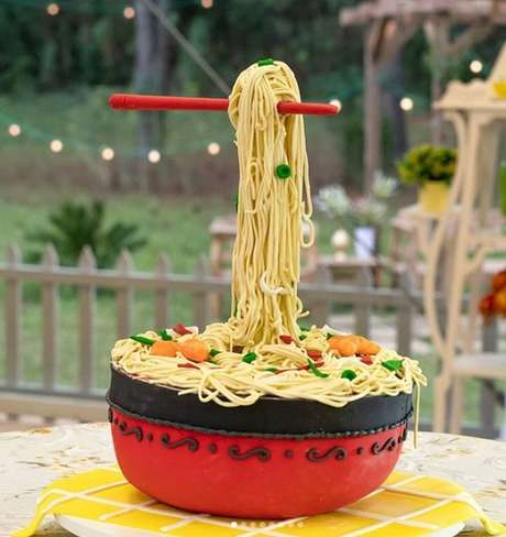 O bolo em formato de yakissoba com efeito de gravidade: construção elogiada pelo júri do Bake Off Brasil