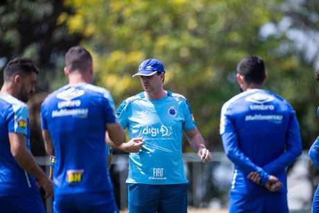 Após 1º revés com Ceni, Cruzeiro pega Grêmio para se distanciar de zona da degola.