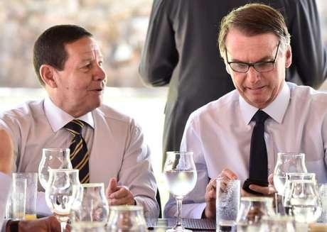 Bolsonaro olha o celular com o vice, Mourão: presidente é um dos políticos mais populares nas redes sociais