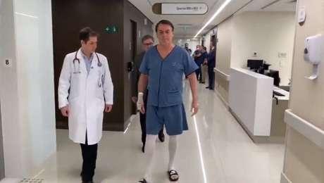 Bolsonaro caminha em corredor de hospital nesta segunda, 9, um dia após cirurgia