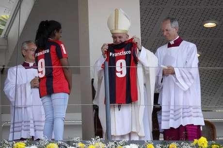 Papa Francisco ganhou camisa do San Lorenzo após missa em Maurício