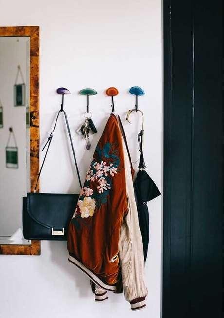 5. Gancho de parede para bolsa foi fixada próxima a porta. Fonte: Pinterest