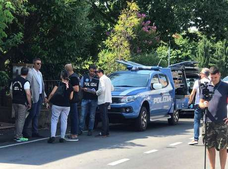 Policiais em frente à casa de Maria Aparecida Venâncio de Sousa, em Arezzo