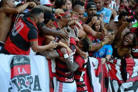 Gabigol e Bruno Henrique comemoram com a torcida no Maracanã (Foto: Alexandre Vidal/Flamengo)