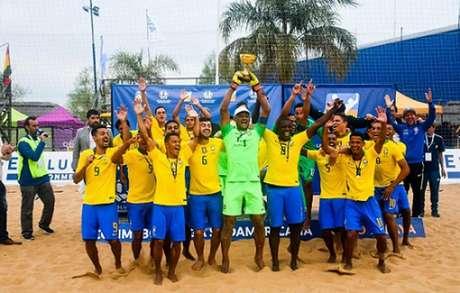 Brasil levantou o troféu neste domingo (Foto: Divulgação/Conmebol)