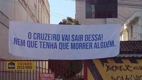 O grupo de torcedores foi na sede do Cruzeiro e fixou uma faixa com uma frase de efeito para mostrar seu descontentamento (Reprodução/Twitter)