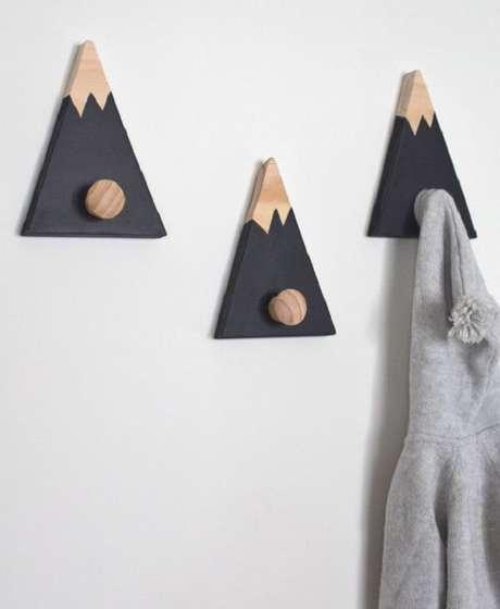 10. Gancho de parede em madeira auxilia na organização do cômodo. Fonte: Pinterest