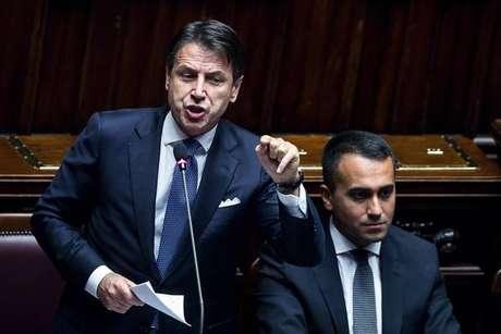 Giuseppe Conte discursa na Câmara acompanhado de Luigi Di Maio