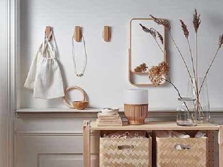 22. Gancho de parede feito em madeira fixado próximo ao aparador. Fonte: Pinterest