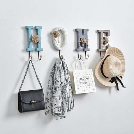 25. Conjunto de gancho de parede formam a palavra HOME. Fonte: Pinterest