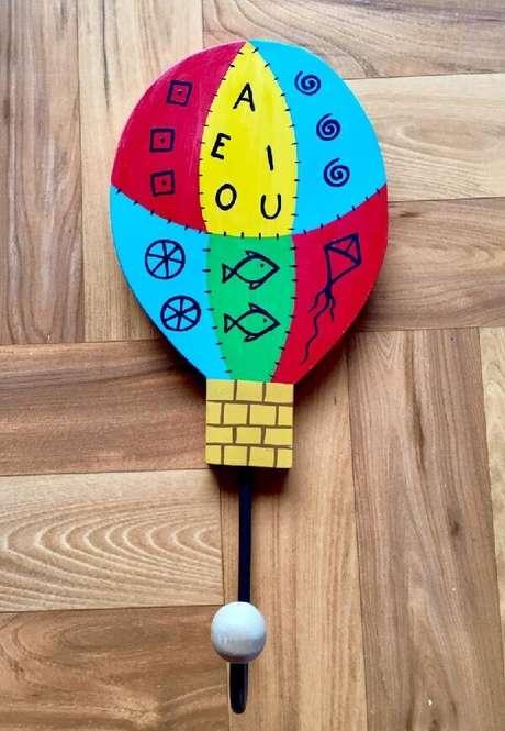 28. Gancho de parede com design infantil e colorido. Fonte: Pinterest